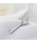 Collar con dije de llave en forma de corazón en plata